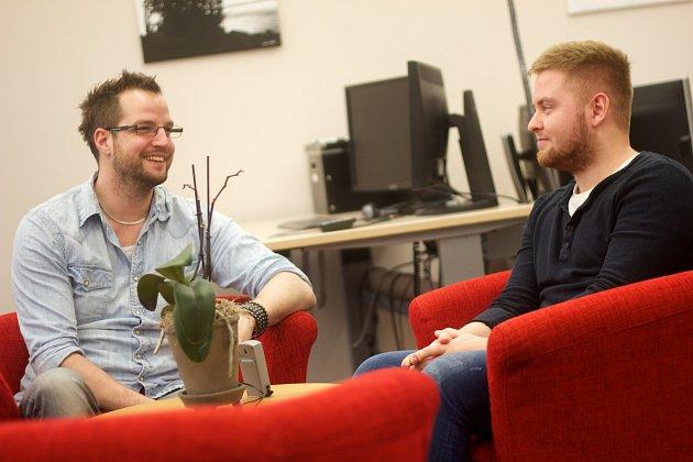 Johan (höger) tillsammans med Josef, två Webbprogrammerare på Prisjakt. (foto av Pierre Orsander)