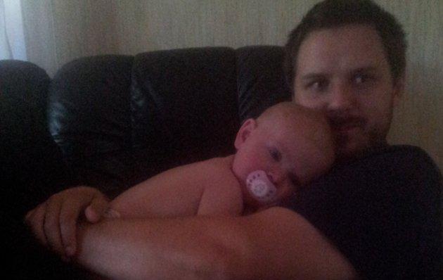 Dennis tillsammans med yngsta dottern.