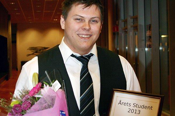 Leo, med blommor och diplom, strax efter prisutdelningen. Bild: BTH Marknadsavdelning.